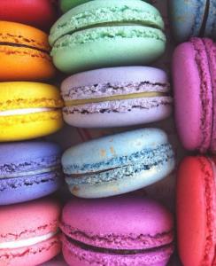 Macarons colorés superposés