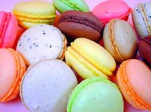 Macarons colorés mélangés faits maison